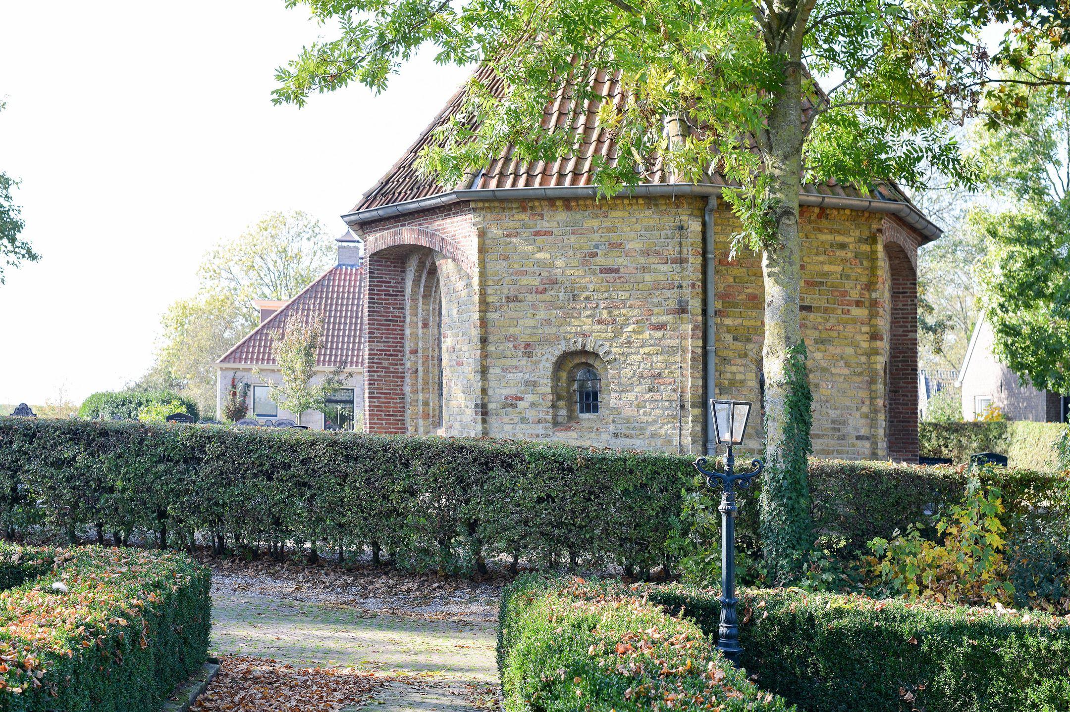 Het 13de eeuwse kerkje gezien vanaf Nynke's Pleats