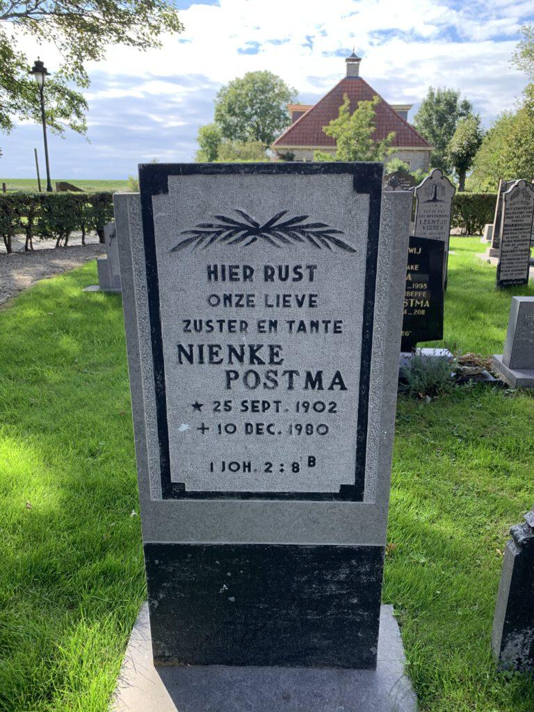 Het graf van Nynke naast het kerkje in Piaam