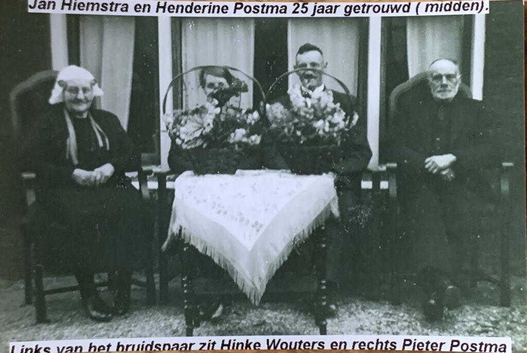 25 jarig huwelijk van Henderina Postma en Jan Hiemstra, links haar moeder Hinke Wouters en rechts vader Pieter Postma, 24 mei 1941