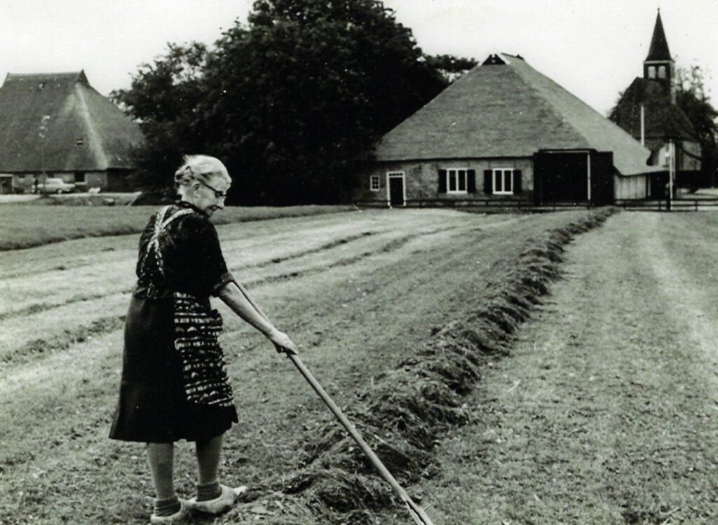 Nynke voor haar voormalige boerderij, ca. 1975