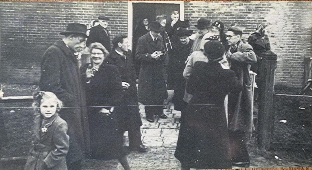 Voor de kerk, Nynke links