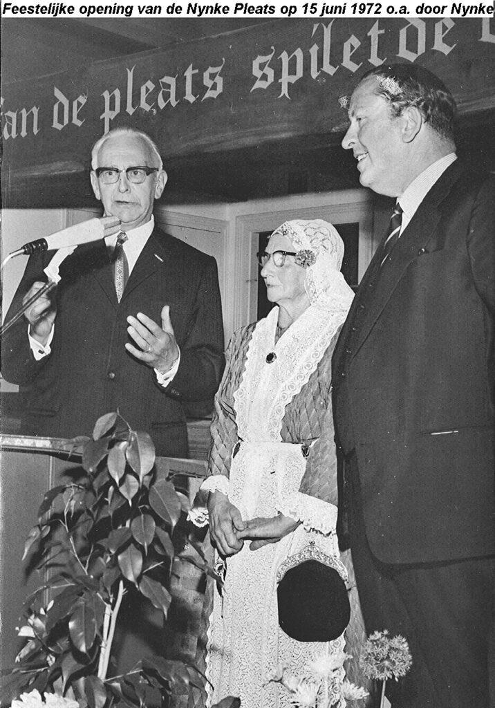 Commissaris van de Koningin Hedzer Rijpstra, Burgemeester Atze Oosterhoff en Nynke Postma bij de opening van het restaurant, 15 juni 1972